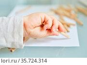 Hand von Baby oder Kleinkind beim Malen und Zeichnen mit Buntstift... Стоковое фото, фотограф Zoonar.com/Robert Kneschke / age Fotostock / Фотобанк Лори