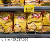 Moscow, Russia - Sept 10. 2020. The potato chips Lays in Selgros Cash and Carry shop. Редакционное фото, фотограф Володина Ольга / Фотобанк Лори