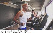 Portrait of sporty man training on elliptical cross trainer in gym. Стоковое видео, видеограф Яков Филимонов / Фотобанк Лори