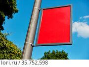 Rote Mastwerbung als Werbeträger Mock-Up vor einem blauen Himmel. Стоковое фото, фотограф Zoonar.com/Robert Kneschke / age Fotostock / Фотобанк Лори