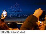 Шоу квадрокоптеров Welcome SPb Show, приуроченное к открытию туристического сезона в Санкт-Петербурге. Изображение корабля под парусом в небе над городом. Редакционное фото, фотограф Евгений Кашпирев / Фотобанк Лори