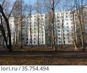 Девятиэтажный пятиподъездный панельный жилой дом серии II-57. Построен в 1967 году. 16-я Парковая улица, 49, корпус 1. Район Северное Измайлово. Город Москва (2020 год). Стоковое фото, фотограф lana1501 / Фотобанк Лори