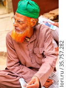 Local man sitting at the street market in Fatehpur Sikri, Uttar Pradesh... Стоковое фото, фотограф Zoonar.com/Don Mammoser / age Fotostock / Фотобанк Лори