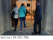 Director of Uffizi Gallery Eike Schmidt with fisrts visitors during... Редакционное фото, фотограф Aleadro Biagianti / AGF/Aleadro Biagianti / AGF / age Fotostock / Фотобанк Лори