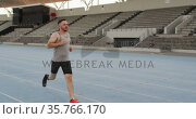 Caucasian disabled male athlete with running blade training and running. Стоковое видео, агентство Wavebreak Media / Фотобанк Лори