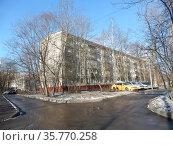 Пятиэтажный четырёхподъездный панельный жилой дом серии I-515/5м. Построен в 1963 году. 15-я Парковая улица, 42, корпус 7. Район Северное Измайлово. Город Москва (2020 год). Редакционное фото, фотограф lana1501 / Фотобанк Лори