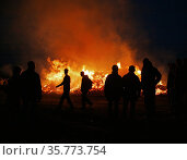 Walpurgis celebrations as silhouettes against the fire in Uppsala. Стоковое фото, фотограф Andre Maslennikov / age Fotostock / Фотобанк Лори