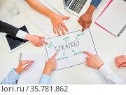 Hände von Business Leuten diskutieren Strategie Plan im Brainstorming... Стоковое фото, фотограф Zoonar.com/Robert Kneschke / age Fotostock / Фотобанк Лори