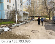 Ремонт асфальтобетонного покрытия и замена бортового камня. Редакционное фото, фотограф Мария Кылосова / Фотобанк Лори