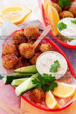 Wuerzige Falafel mit Gurken und Knoblauchsosse