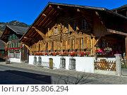 Typisches Schweizer Haus im Chaletstil im Ortszentrum von Saanen, ... Стоковое фото, фотограф Zoonar.com/Georg_A / age Fotostock / Фотобанк Лори