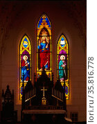 stained glass window in the Church of the Holy Cross, Sumter County, SC. Редакционное фото, агентство World History Archive / Фотобанк Лори