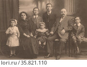 Jewish refugee family in England after fleeing the pogroms in Russia in 1905. This family settled in east London and are shown in a family portrait in 1914. Редакционное фото, агентство World History Archive / Фотобанк Лори