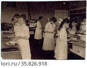 Domestic Science class in Horace Mann School. Редакционное фото, агентство World History Archive / Фотобанк Лори