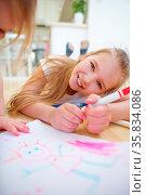 Zwei lachende Mädchen malen ein Bild im Kindergarten. Стоковое фото, фотограф Zoonar.com/Robert Kneschke / age Fotostock / Фотобанк Лори
