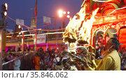 Ganga Arti visuals from Indian largest gathering festival Maha Kumbh, Haridwar, India. Стоковое видео, видеограф Devendra Rawat / Фотобанк Лори