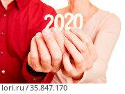 Zwei Senioren Hände halten die Zahl 2020 für das Jahr. Стоковое фото, фотограф Zoonar.com/Robert Kneschke / age Fotostock / Фотобанк Лори
