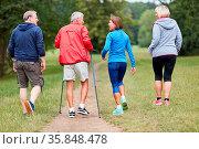 Gruppe aktive Senioren als Freunde machen Nordic Walking in der Natur. Стоковое фото, фотограф Zoonar.com/Robert Kneschke / age Fotostock / Фотобанк Лори