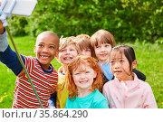 Kinder machen ein Selfie Foto zur Erinnerung im Kindergarten oder... Стоковое фото, фотограф Zoonar.com/Robert Kneschke / age Fotostock / Фотобанк Лори