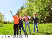 Kinder jubeln gemeinsam als Fußball Mannschaft nach einem Sieg im... Стоковое фото, фотограф Zoonar.com/Robert Kneschke / age Fotostock / Фотобанк Лори