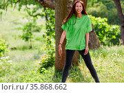 Junge glückliche Frau um grünen Shirt als Aktivist und Umweltschützer. Стоковое фото, фотограф Zoonar.com/Robert Kneschke / age Fotostock / Фотобанк Лори