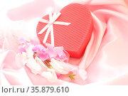 Valentine heart present. Стоковое фото, агентство Ingram Publishing / Фотобанк Лори
