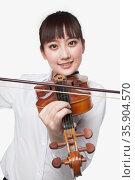 Young Woman Playing Violin. Стоковое фото, агентство Ingram Publishing / Фотобанк Лори