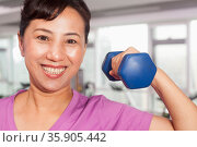 Woman exercising with weights. Стоковое фото, агентство Ingram Publishing / Фотобанк Лори