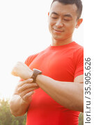 Muscular Man Checking His Watch. Стоковое фото, агентство Ingram Publishing / Фотобанк Лори