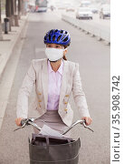 Young Business Woman commuting with a Bicycle, Beijing, China. Стоковое фото, агентство Ingram Publishing / Фотобанк Лори