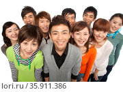 A group of young people looking up in excitement. Стоковое фото, агентство Ingram Publishing / Фотобанк Лори