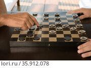 People playing checkers. Стоковое фото, фотограф Shannon Fagan / Ingram Publishing / Фотобанк Лори