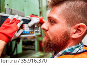 Arbeiter als Maschinist bei Wartung und Kontrolle einer Maschine ... Стоковое фото, фотограф Zoonar.com/Robert Kneschke / age Fotostock / Фотобанк Лори