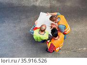Gruppe Arbeiter mit Bauzeichnung bei der Planung auf einer Baustelle... Стоковое фото, фотограф Zoonar.com/Robert Kneschke / age Fotostock / Фотобанк Лори
