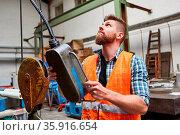 Arbeiter am Bedienfeld einer Koordinatenbohrmaschine in der Werkstatt... Стоковое фото, фотограф Zoonar.com/Robert Kneschke / age Fotostock / Фотобанк Лори