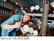 Arbeiter als Lagerist bei der Bestandskontrolle im Materiallager ... Стоковое фото, фотограф Zoonar.com/Robert Kneschke / age Fotostock / Фотобанк Лори