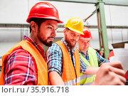 Bauarbeiter Team mit Bauplan bei der Planung für Hausbau oder für... Стоковое фото, фотограф Zoonar.com/Robert Kneschke / age Fotostock / Фотобанк Лори