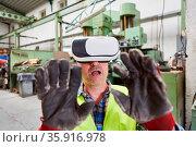 Arbeiter mit VR-Brille als Virtual Reality Konzept für die Industrie... Стоковое фото, фотограф Zoonar.com/Robert Kneschke / age Fotostock / Фотобанк Лори