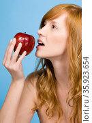Woman eating apple. Стоковое фото, фотограф Shannon Fagan / Ingram Publishing / Фотобанк Лори