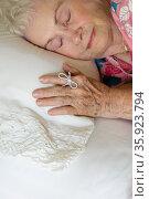 Elderly woman sleeping with string on her finger. Стоковое фото, фотограф Shannon Fagan / Ingram Publishing / Фотобанк Лори