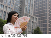Chinese woman with a handfan. Стоковое фото, фотограф Shannon Fagan / Ingram Publishing / Фотобанк Лори