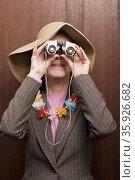 Business woman looking through binoculars. Стоковое фото, фотограф Shannon Fagan / Ingram Publishing / Фотобанк Лори