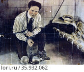 Photographic print, hand coloured, poster format, of Harry Houdini a Hungarian-American illusionist and stunt performer. Редакционное фото, агентство World History Archive / Фотобанк Лори