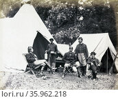 Union officers rest while their african-American orderly serves drinks. Warrenton, Virginia, during the American Civil War 1862. Редакционное фото, агентство World History Archive / Фотобанк Лори