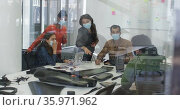 Diverse group of work colleagues wearing face masks discussing in meeting room. Стоковое видео, агентство Wavebreak Media / Фотобанк Лори