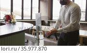 Caucasian man working at a bar, using hand sanitising gel dispenser. Стоковое видео, агентство Wavebreak Media / Фотобанк Лори