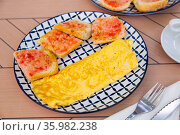 Rolled french omelet with fresh bread and sauce. Стоковое фото, фотограф Яков Филимонов / Фотобанк Лори