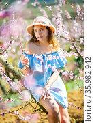 Woman in straw hat enjoying the nature in spring. Стоковое фото, фотограф Яков Филимонов / Фотобанк Лори