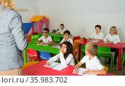 Pupils listening teacher at lesson. Стоковое фото, фотограф Яков Филимонов / Фотобанк Лори
