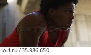 Fit african american man exercising in city, taking a break to catch his breath. Стоковое видео, агентство Wavebreak Media / Фотобанк Лори